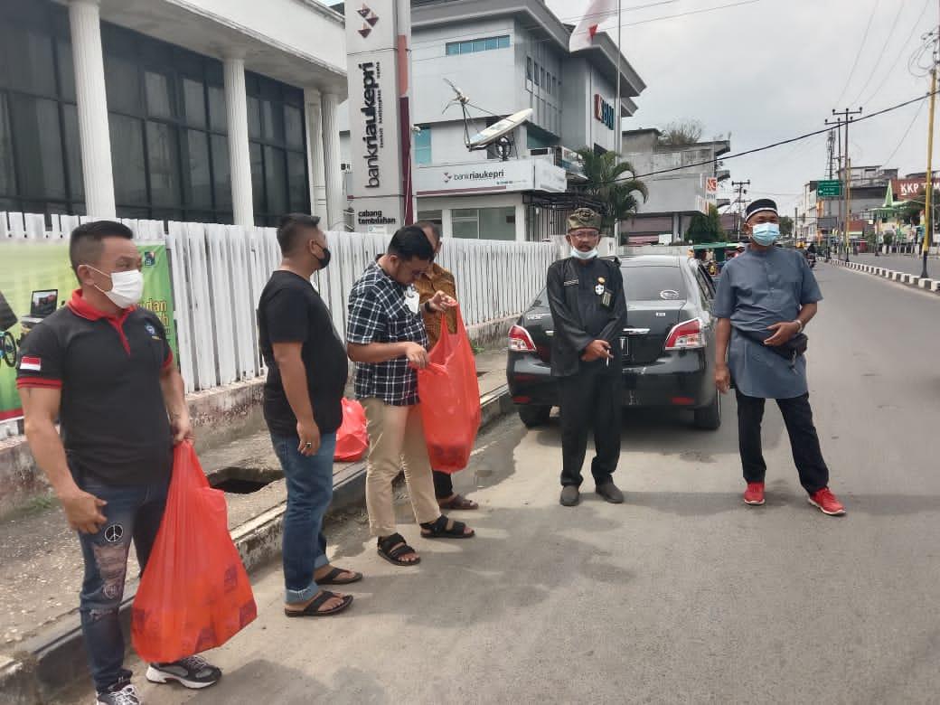 YVB Bersama Damkar PSMTI Praktisi Hukum Laksanakan Pembagian Nasi Kotak Geratis Untuk Masyarakat